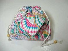 This clever drawstring bag is made from only two fat quarters and is assembled origami style by folding it cleverly. What a cute pouch! This free bag patte