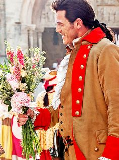 Luke Evans as Gaston in Beauty and the Beast offering Belles flowers for her dinner table.that he proceeds to invite himself to Beauty And The Beast Movie 2017, Gaston Beauty And The Beast, Luke Evans, Disney Villains, Disney Pixar, Movies Showing, Movies And Tv Shows, Dracula Untold, Bae