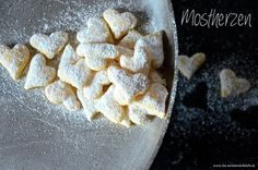 Diese Mostherzen zergehen einem auf der Zunge! Unbedingt Nachbacken - die einfach gemachten Kekse sind nicht nur zur Weihnachtszeit eine Gaumenfreude.