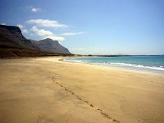 En esta isla de los volcanes tenemos un gran río dentro del Océano Atlántico. El brazo de mar que une a las Islas de La Graciosa y Lanzarote se le llama El Río. Y a esta enorme cala a la Playa bajo el Risco junto a El Río. Está en Lanzarote.
