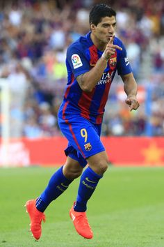 Barcelona's Uruguayan forward Luis Suarez celebrates after scoring during the Spanish league football match FC Barcelona vs Real Betis Balompie at the Camp Nou stadium in Barcelona on August 20, 2016. / AFP / PAU BARRENA