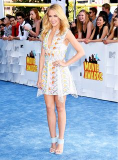 Anna Camp in a Peter Pilotto dress and Stuart Weitzman heels at the MTV Music Awards 2015 red carpet // best dressed