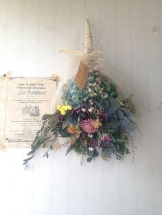落ち着いた色合いの植物をたっぷりと束ねたブーケです。お気に入りの花瓶に入れたり、壁にかけたりと自由に楽しんでいただけたらと思います。シックな雰囲気でほっとでき...|ハンドメイド、手作り、手仕事品の通販・販売・購入ならCreema。 How To Wrap Flowers, How To Preserve Flowers, Love Flowers, Fresh Flowers, Dried Flowers, Beautiful Flowers, Floral Bouquets, Wedding Bouquets, Wedding Flowers