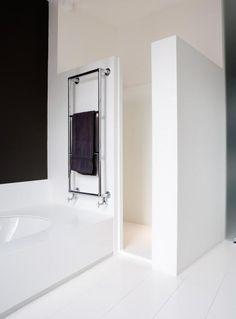 gemauerte Dusche mit Lichteinfall (den Abstand zwischen Mauer und Decke vll mit einer Glasscheibe, besser noch mit Glasbausteinen schließen)