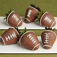 Chocolate Covered Football Strawberries (great idea for a tailgate or super bowl party) Yummy Treats, Delicious Desserts, Sweet Treats, Yummy Food, Super Bowl Party, Deco Fruit, Football Food, Football Parties, Football Treats