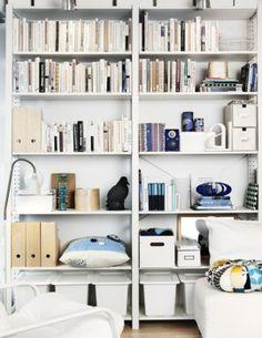 Lagerhylla som bokhylla.
