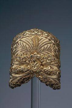 """German 19th century hat or """"Riegelhaube"""".  Münchner Riegelhaube Um 1835 Goldbrokat, Goldstickerei, Goldspitze 11 x 11 x 10 cm #München"""