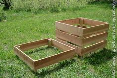 The Best Homemade Compost Bin: stacking levels - move the bin layers with the compost layers to turn it. Great idea, easy to make.