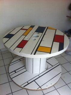 Bobina de madeira transformada em mesa. Laqueada com pintura Mondrian, 1m de…