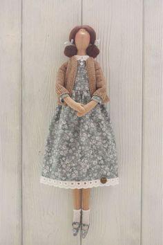 Купить или заказать Текстильная кукла Тильда в интернет-магазине на Ярмарке Мастеров. Весенние подружки тильдочки! Одеты в платьица из хлопка и связанные вручную легкие кофточки. Одёжка снимается. Волосы сделаны из шерсти для валяния. Рост кукол 45 см, сидят с опорой, стоят на подставке. Цена указана за одну куклу. В наличии только кукла в зеленом платье.