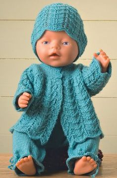 Dukkebarnet bliver velklædt med bukser, jakke og hue i samme mønster