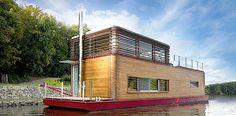 Der tschechische Designer Marek Ridkyhat sich dieses Hausboot namens Thesayboat entworfen. Wie in einem richtigen Wochenendhäuschen hat er darin Wohnzimmer, Küche, Bad und Schlafzimmer untergebracht. Plus eine lässige Dachterrasse mit Jacuzzi. Alles sieht