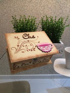 caixa de madeira decorada e personalizada para guardar chá Foto Dekoration stile Fun Crafts, Diy And Crafts, Arts And Crafts, Paper Crafts, Stencil Art, Stencils, Altered Cigar Boxes, Decoupage Box, Tea Box