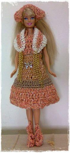 Lindo vestido terra em crochê para Barbie. 4 peças: 1 vestido, 1 echarpe, 1 lenço para cabelo, 1 par de sapatos. Boneca não inclusa. R$ 10,00