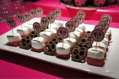 chocolate dipped marshmallows and pretzels Birthday Party Treats, 6th Birthday Parties, Birthday Ideas, Minnie Mouse Baby Shower, Minnie Mouse Theme, Girl 2nd Birthday, Minnie Birthday, Mickey Mouse Desserts, Chocolate Dipped Marshmallows