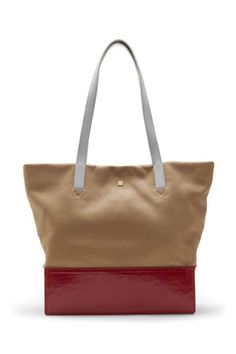 We love the Gunner N/S tote from @Pour La Victoire ! Click through for more perfect summer totes
