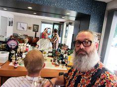 """Wat maak je? """"Ik knip en scheer heren in mijn zaak: Mr. Wally's Barbershop.""""  Baarden zijn een echte trend nu. Valt er dan nog wel iets te doen voor je als de mannen het maar laten groeien? """"..."""