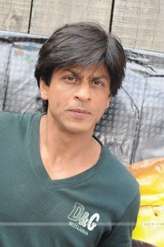 very old pic! Bollywood Images, Bollywood Stars, Shahrukh Khan, Shah Rukh Khan Quotes, Richest Actors, Cute Wallpapers Quotes, Cinema, Amazing Street Art, King Of Hearts