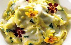 Tortellinit sitruunakastikkeessa syötävillä kukilla koristeltuna. Kaunista ja herkullista.