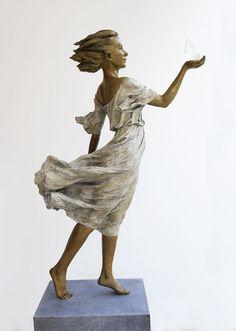 De Chinese artiesteLuo Li Rong vult haar tijd met het beeldhouwen van levensgrote sculpturen. Rode draad doorheen haar werk is de adembenemende...