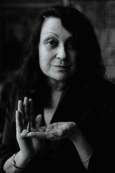 Achillina Bo, conhecida como Lina Bo Bardi, foi arquiteta, professora, artista plástica, museógrafa modernista italiana e naturalizada brasileira. Nasceu em Roma (05/12/1914), na Itália e faleceu em São Paulo (20/03/1992), no Brasil. Foi casada com o crítico de arte e jornalista Pietro Maria Bardi, e em 1946 o casal se muda para o Brasil. Instalaram-se em São Paulo onde Lina trabalhou até sua morte. Obras mais conhecidas: MASP (Museu de Arte de São Paulo), SESC Pompéia, a Casa de Vidro.