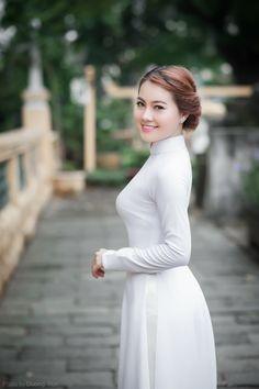 Vietnamese Traditional Dress, Vietnamese Dress, Traditional Fashion, Traditional Dresses, Sexy Asian Girls, Beautiful Asian Girls, Vietnam Girl, Ao Dai, Portraits