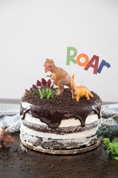 Dinosaur Cake: a simple and fun step by step tutorial to make you own dinosaur cake that is perfect for any dino lover! Dinosaur Cakes For Boys, Dinosaur Birthday Cakes, Dinosaur Dinosaur, 1st Birthday Cake Easy, Dinosaur Cake Easy, Dinosaur Cake Tutorial, Dinosaur Cupcakes, Birthday Ideas, Dinotrux Cake