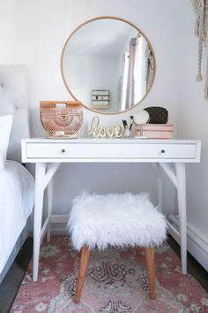 Dicas de decor: como usar pelinhos para deixar a casa mais aconchegante - #GuitaModa. Penteadeira branca, espelho redondo, banquinho pé palito com pelego branco