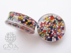 Alargador plug de acrílico transparente com docinhos coloridos dentro! De 10mm a 30mm http://www.gaiabodyart.com.br/plug-docinhos-coloridos