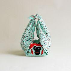 """""""Furoshiki"""" est une technique japonaise traditionnelle d'emballage en tissu née il y a 1300 ans et utilisée initialement pour envelopper les vêtements dans"""