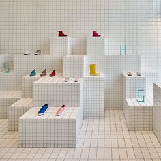 Ceramic tiles arranged in a grid pattern line the interior of this children's shoe store in Barcelona by local studio Nábito Design Shop, Design Display, Shoe Display, Shoe Store Design, Store Interior Design, Display Ideas, Design Design, Store Concept, Espace Design