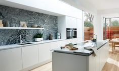 This right-on-trend option for contemporary kitchen living is out of sight in more ways than one. Avanti sets the standard for kitchen cabinetry. Handleless Kitchen, Kitchen Worktop, Kitchen Cabinetry, Modern Color Schemes, Life Kitchen, Kitchen Living, Kitchen Views, Kitchens And Bedrooms, Stylish Kitchen
