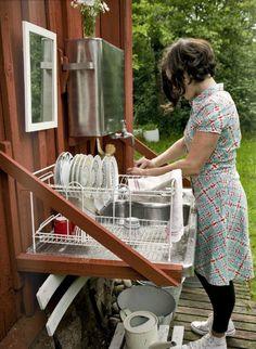 Outdoor kitchen. Sowieso wil ik dat ooit hebben, lekker buiten eten en er meteen in het avondzonnetje de afwas doen (of 'm daar om een hoekje neerkwakken en er niet meer de hele tijd tegenaan hoeven kijken, ook fijn)