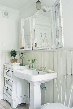 fuente: La esencia de la buena vida ~ Wow!  Nuevo proyecto ... DIY-Upcycle nuestro cuarto de baño espejo en un 3-way como éste!