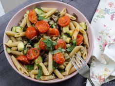 Paste integrale cu vinete și zucchini oregano și busuioc Pasta Salad, Cobb Salad, Paste, Zucchini, Ethnic Recipes, Food, Crab Pasta Salad, Essen, Meals