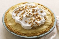 A luscious peanut butter-and-pudding filling is spooned into a cookie crust layered with banana slices to make this easy cream pie. Kraft Recipes, Easy Banana Cream Pie, Dessert Cake Recipes, Dessert Ideas, Cream Pie Recipes, Salty Cake, Peanut Butter Banana, What To Cook, Sweet Recipes