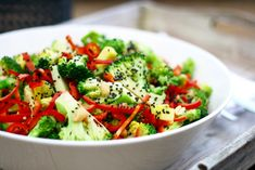 Broccolisalat med mango og sesam – Ravfood Pasta Salad, Cobb Salad, Mango, Lchf, Cheddar, Quiche, Instant Pot, Healthy Recipes, Healthy Food