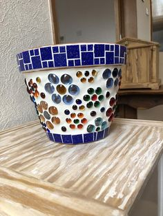 Best 12 How to Make a Mosaic Flower Pot – Tracey Cartledge Artist – SkillOfKing. Mosaic Planters, Mosaic Garden Art, Mosaic Tile Art, Mosaic Vase, Mosaic Flower Pots, Mosaic Crafts, Mosaic Projects, Painted Clay Pots, Painted Flower Pots