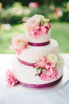 Hochzeitstorte mit rosafarbenen Blumen - fotografiert von http://www.kristina-assenova.com auf http://www.lieschen-heiratet.de