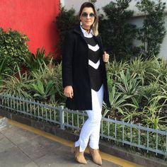 P&B - black and white - blusa listras - tricot - bota caramelo - casaco preto longo - calça branca - off white