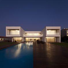 Casa PDR 385 by FRA G MENT  Casa moderna sobre la playa en Portugal.