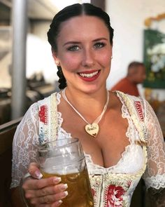 🍻 She's a lovely Cheers 🍻👀 Oktoberfest Outfit, German Women, German Girls, White Girls, White Women, Octoberfest Girls, Beer Maid, German Costume, Dirndl Dress