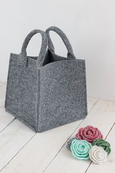 Felt boxe perfect for storage on your shelf. With the lip on the front. Made of gray felt. Felt is impregnated industrial 4 mm (0,16).   DIMENSIONS: Wide: 33 cm, Depth: 38 cm, Height: 33 cm with a little lip on the front 9cm  Any size please contact me.