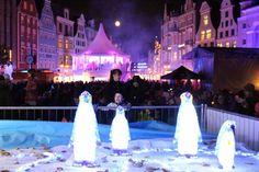 13. Rostocker Lichtwoche | Kinder freuen sich über die Pinguine als Lichtinstallation (c) FRank Koebsch