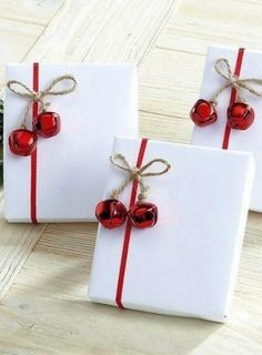 25 Festive Christmas Gift Wrapping Ideas These tasty Parmesan Crusted Potatoes are so addictive that you wont be able to stop eating until you finish them all! The post 25 Festive Christmas Gift Wrapping Ideas appeared first on Paper Diy. Noel Christmas, All Things Christmas, Rustic Christmas, Simple Christmas, Elegant Christmas, Christmas Porch, Primitive Christmas, Outdoor Christmas, Beautiful Christmas