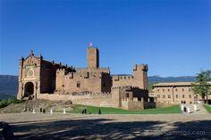 El imponente castillo de Javier con la basílica, última parada de nuestra ruta por los castillos de Navarra