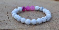 Náramek, který 21podtrhne vaši ženskost. Přírodní howlitové korálky bílé a tři růžové achátové korálky se stříbrnými mezidílky.  Velikost cca 19-21 cm. Navlečeno na elastickém provázku (elastomeru).