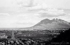 Vista panorámica, del lado izquierdo se aprecia el Hospital Universitario, la Calzada Madero, al fondo el majestuoso Cerro de la Silla  fecha aprox. 50's  fotografía de autor desconocido