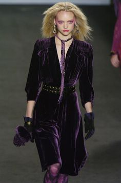 Anna Sui at New York Fashion Week Fall 2004 - Runway Photos Velvet Fashion, Purple Fashion, Fashion Wear, Fashion Show, Fashion Design, Anna Sui Fashion, Dress Outfits, Cool Outfits, Violet