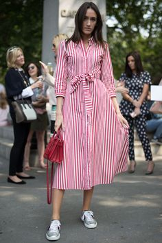 The best street style from New York Fashion Week Shirtdress Outfit, Summer Dress Outfits, Casual Dresses, Summer Skirts, Fall Outfits, Modest Fashion, Fashion Dresses, Hijab Stile, White Midi Dress